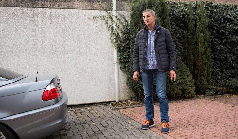 Olias steht neben seinem Auto. Foto: Ivo Mayr