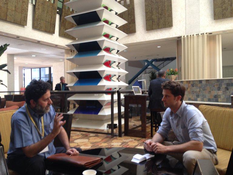 Zwei Männer sitzen um einen Tisch in einer Hotellobby in Miami
