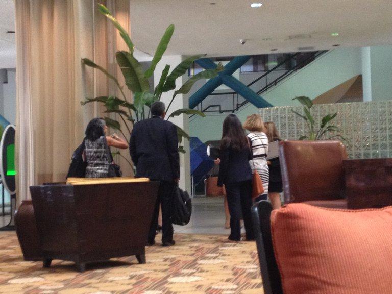 Eine Gruppe Menschen steht in einer Hotelhalle