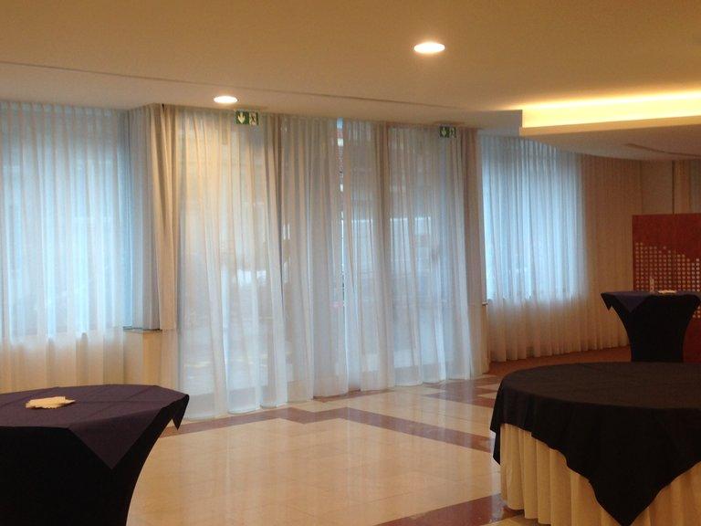 Eine Halle eines Konferenzcenters. Blick auf geschlossenen Gardinen an den Fenstern