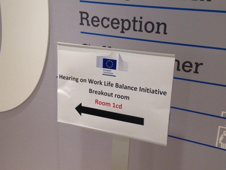 Ein Schild mit der englischen Aufschrift Hearing on Work Life Balance Initiative