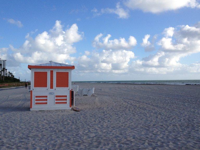 Strand mit einem Badehaus
