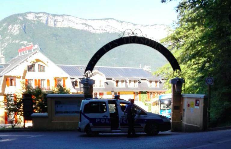 Ein Polizeiauto steht vorm Eingang des Hotels der isländischen Nationalmannschaft