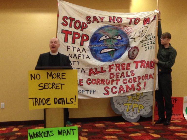 Ein Pfarrer spricht auf einer Protestkonferenz gegen TTIP