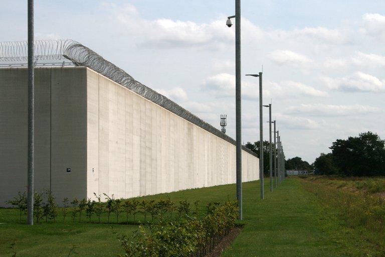 Die Außenmauern der JVA Bremervörde: Bislang läuft alles nach Plan