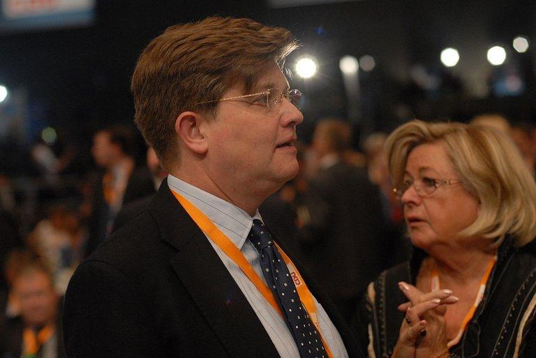 1280px-Cdu_parteitag_dezember_2012_klaeden_credit_CDU_CSU Bundestagsfraktion.JPG