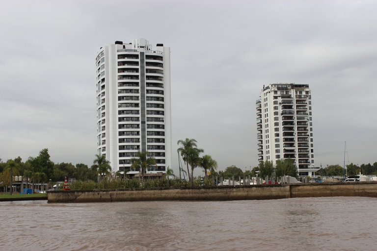 Today in Tigre nearly 100 gated communities have been developed, turning the once remote and unglamorous marsh into a tourist attraction.