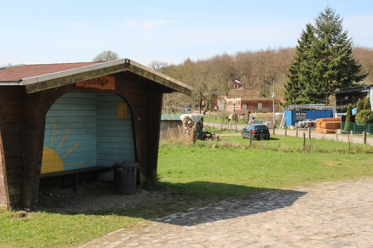 Ein Holzhaus als Bushaltestelle.