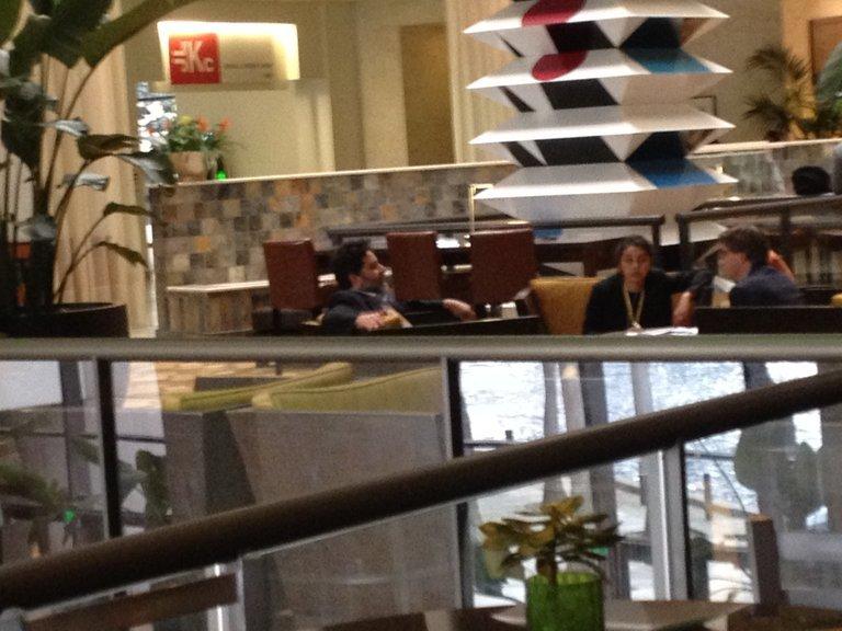 Drei EU-Verhandler sitzen in der Hotellobby