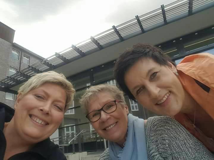 Ariane, Petra, Heike vor der cafeteria des Marienhospitals im April 2017. Ihr letzte gemeinsames Foto, bevor Ariane stirbt..jpg