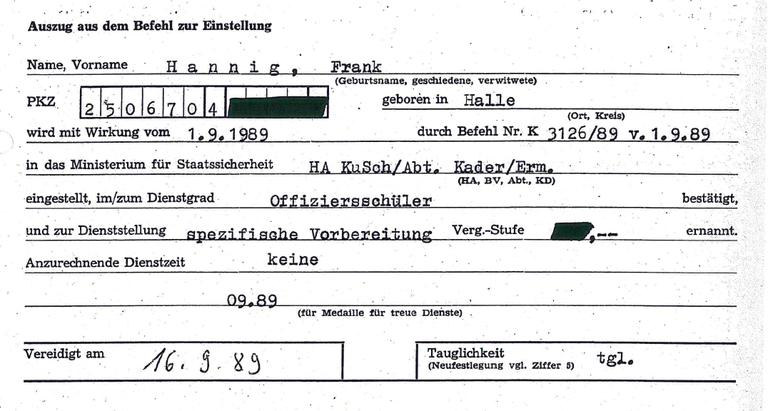 Frank Hannig wird in die Stasi aufgenommen.