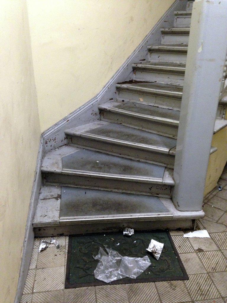 Vermülltes Treppenhaus GMRE