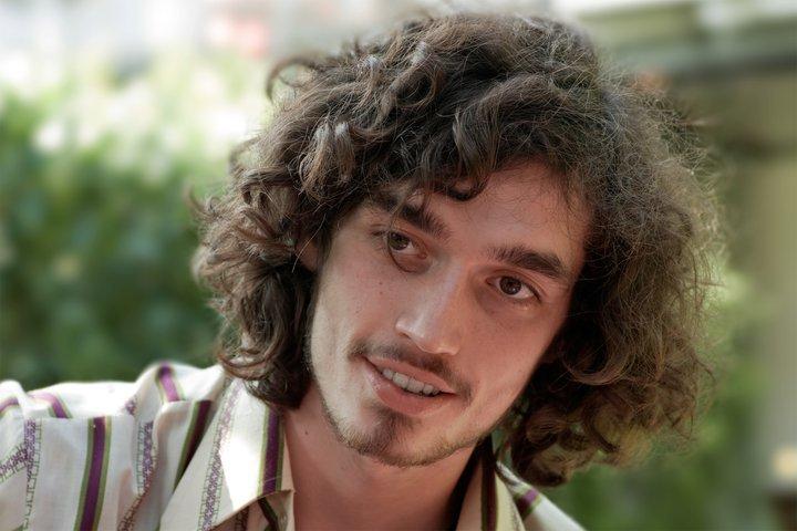 Das Bild zeigt den Musiker Marius Bielefeld, der von drei Polizisten verprügelt wurde
