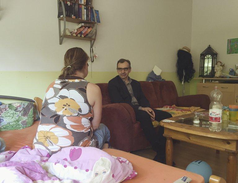 Psychiater Heißler sitzt im Wohnzimmer einer seiner Patientinnen und spricht mit ihr: