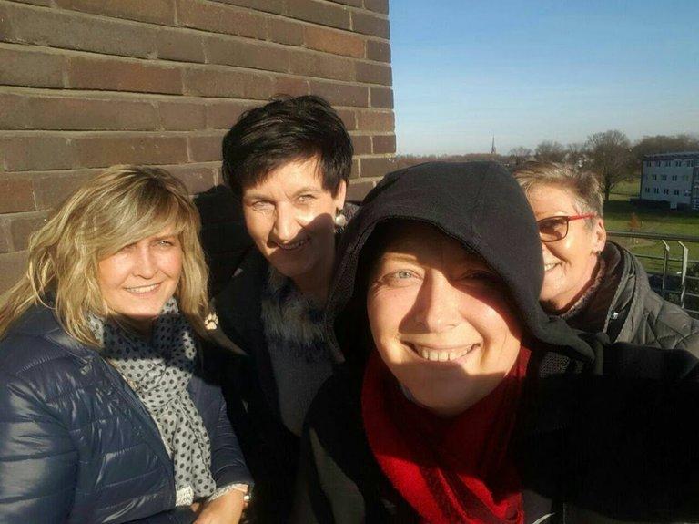 Ganz links Gabi, dahinter ich und Petra. Vorne Ariane. Da lag Ariane letztes Jahr im Herbst im Marienhospital. Wir waren sie besuchen..jpg