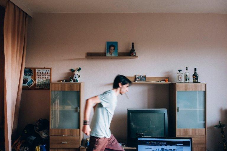 Miguel läuft durch seine Wohnung.
