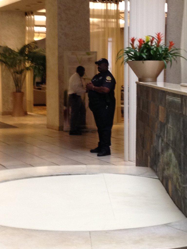 Eine amerikansiche Polizistin steht in einer Hotellobby