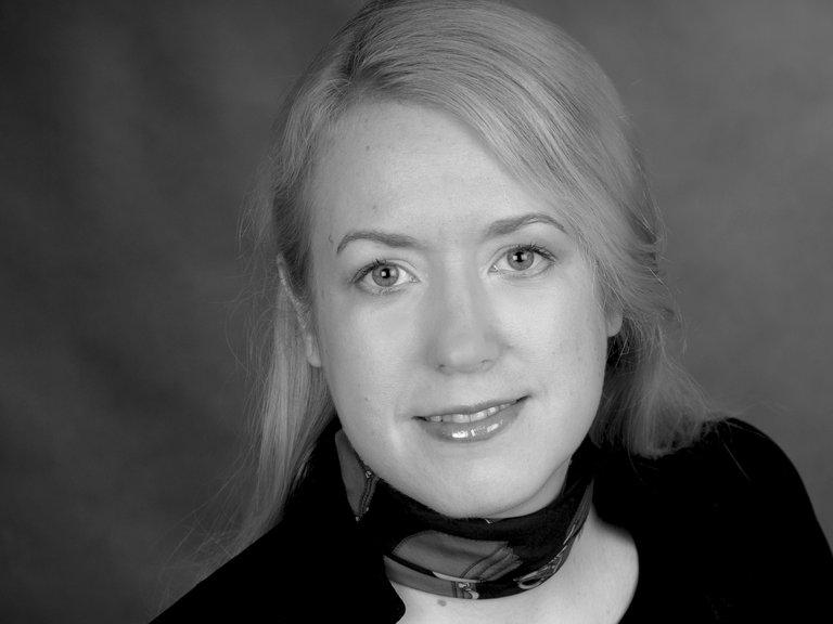 Die konservativ-liberale Publizistin Liane Bednarz sieht auf einem schwarz-weiß-Foto direkt in die Kamera