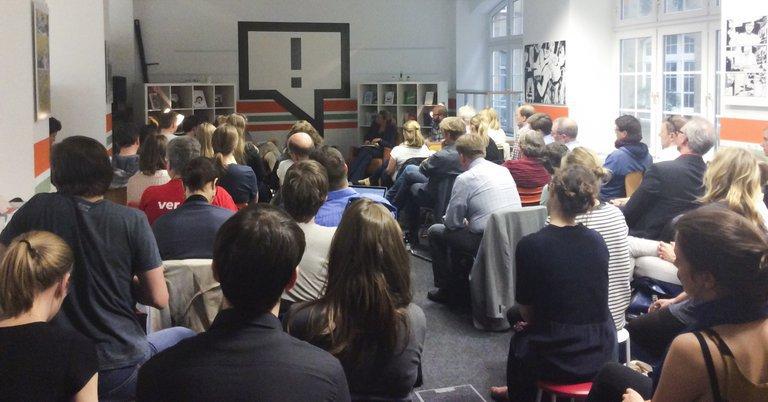 Foto vom Publikum des Streitgesprächs