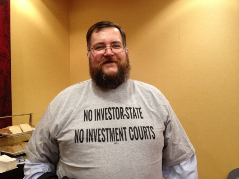 Ein Mann trägt ein T-Shirt mit der Aufschrift: No Investor-State Dispute Resolution