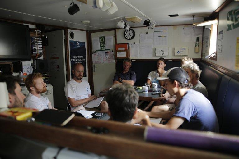#seawatch-Einsatzbesprechung der Teams von Jugend Rettet und Sea-Watch. Quelle Bastian Schlange.JPG