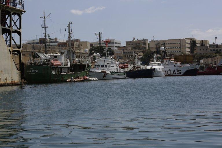 # Vier Rettungsschiffe im Hafen von Malta — von links die Sea-Eye, die Minden von Life Boat, die Sea-Watch 2, die Phoenix 1 von Moas.JPG