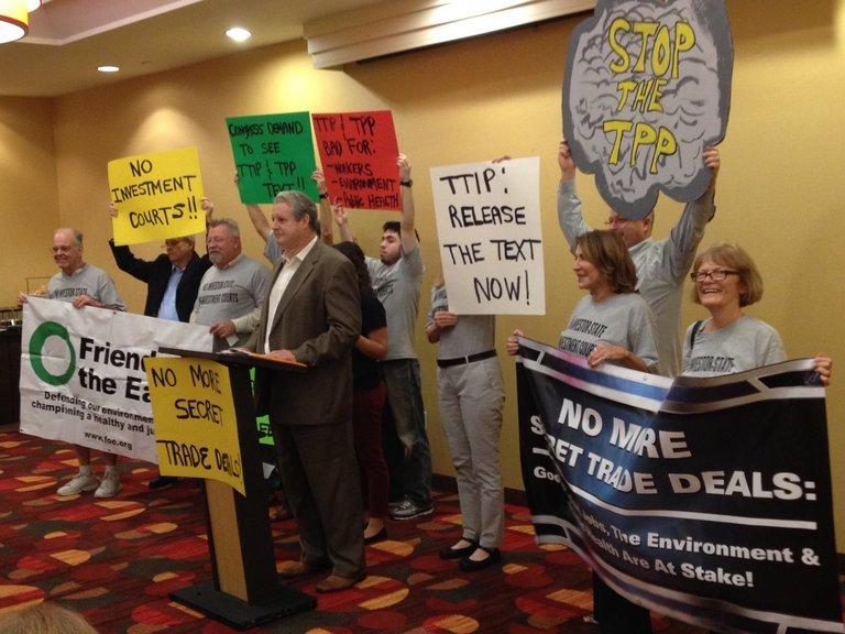 Eine Gruppe Menschen halten Plakate gegen TTIP hoch