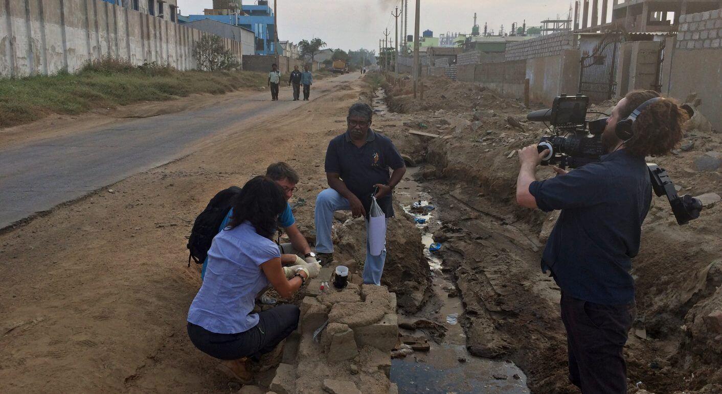 Das TV-Team entnimmt Proben bei Hyderabad