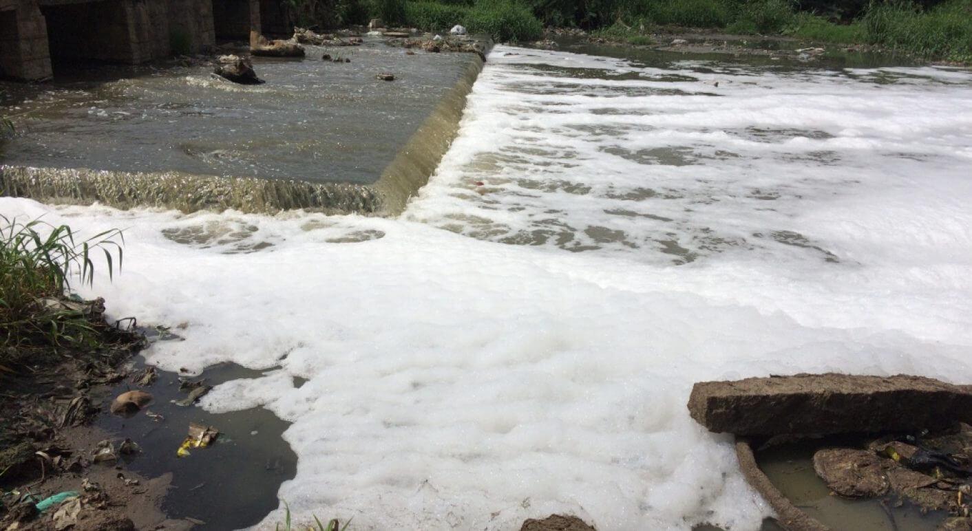 Abwasser in Fluss in der indischen Stadt Hyderabad