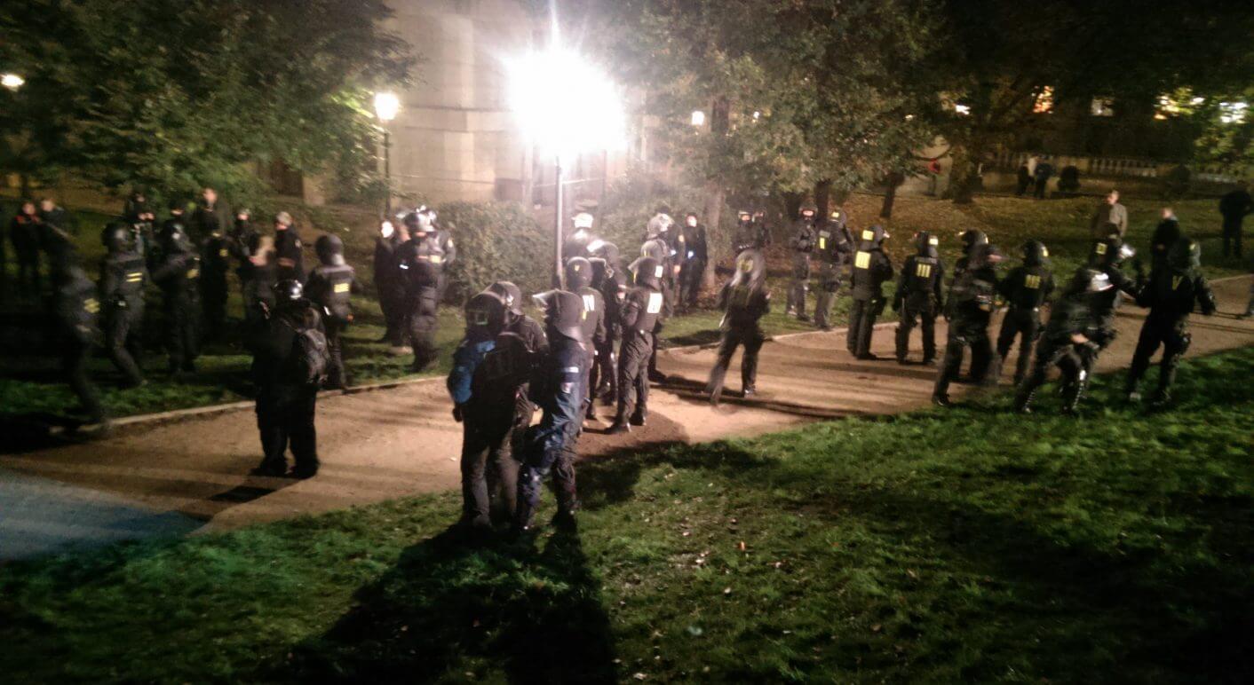 Pegida-Demo: Eine Hundertschaft der Polizei im Dresdner Zwingerpark