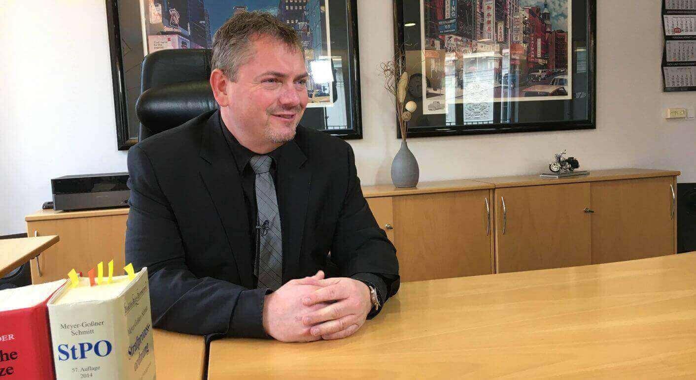 Anwalt Frank Hannig in seinem Büro