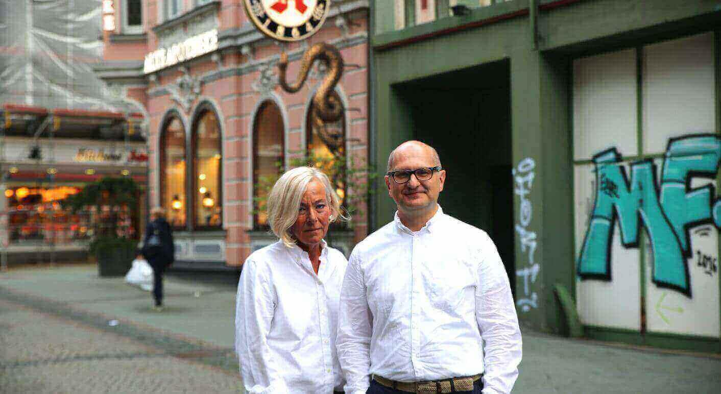 Die Whistleblower Marie Klein und Martin Porwoll  vor der Alten Apotheke in Bottrop