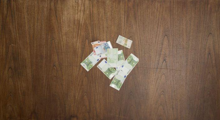 Ein Stapel Geldscheine auf einem Schreibtisch