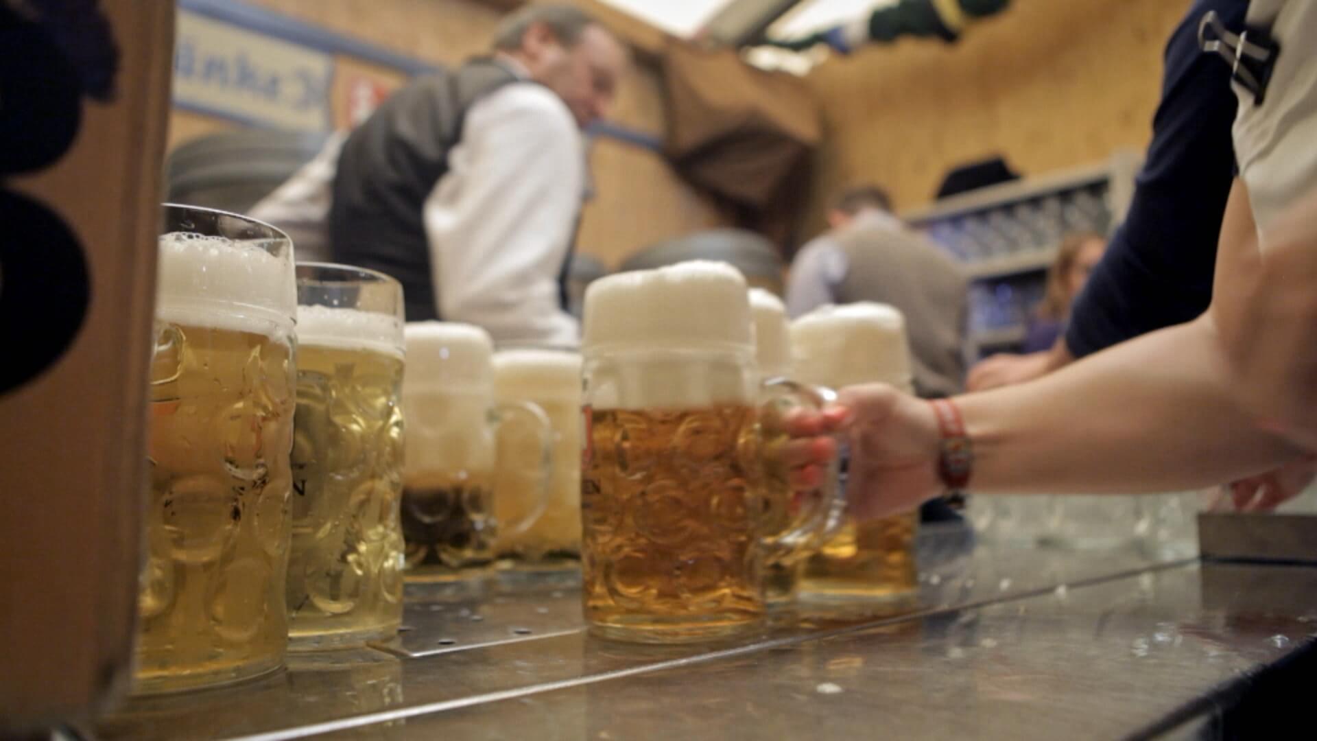 Wie Die Alkoholindustrie Uns Dazu Bringt Immer Weiter Zu