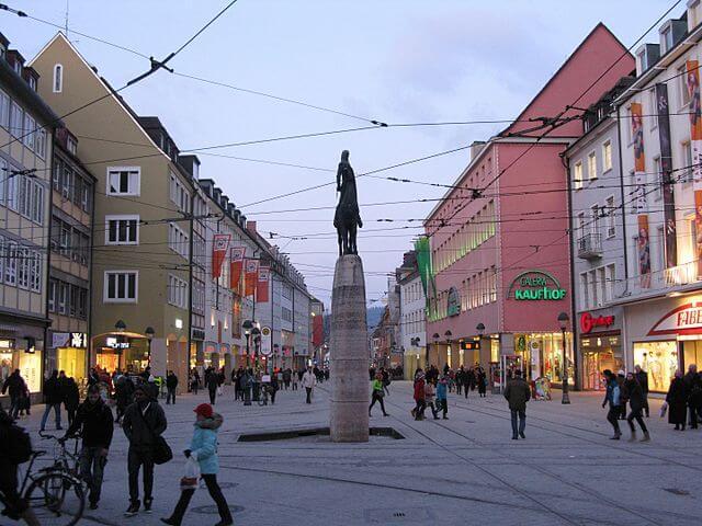 640px-Kaiser-Joseph-Straße_mit_Bertoldsbrunnen_in_Freiburg_2