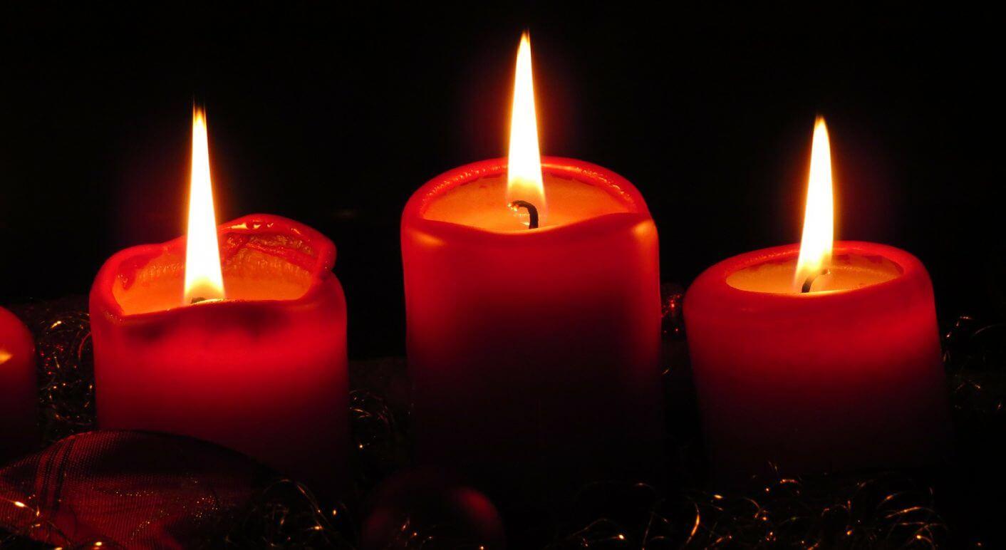 Eine Kerze kann 280 Mikrogramm Stickoxid produzieren. Adventskränze sind trotzdem nicht giftig. Bild: pixabay