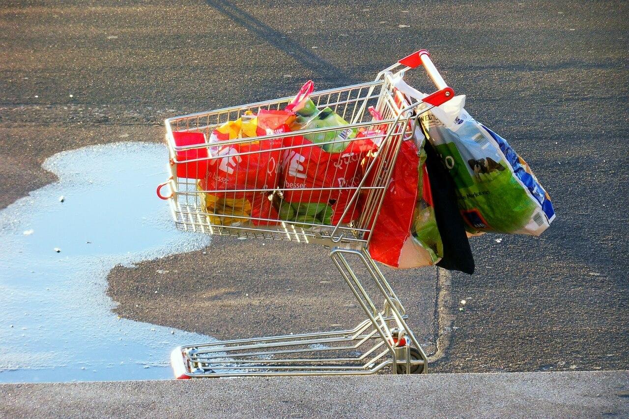 In Deutschland ist es erlaubt, vor Supermärkten Wasser auszukippen. Foto: User schnurzipurz auf pixabay.
