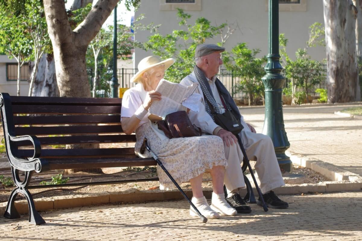 Zwei Senioren, die in einem Park ihre Rente genießen.