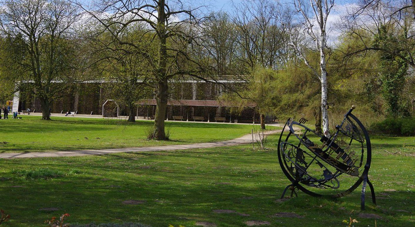 1280px-Kurpark_Gradierwerk_Sonnenuhr_Lüneburg