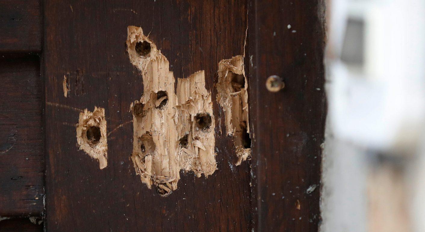 Einschusslöcher in der Tür der Synagoge von Halle