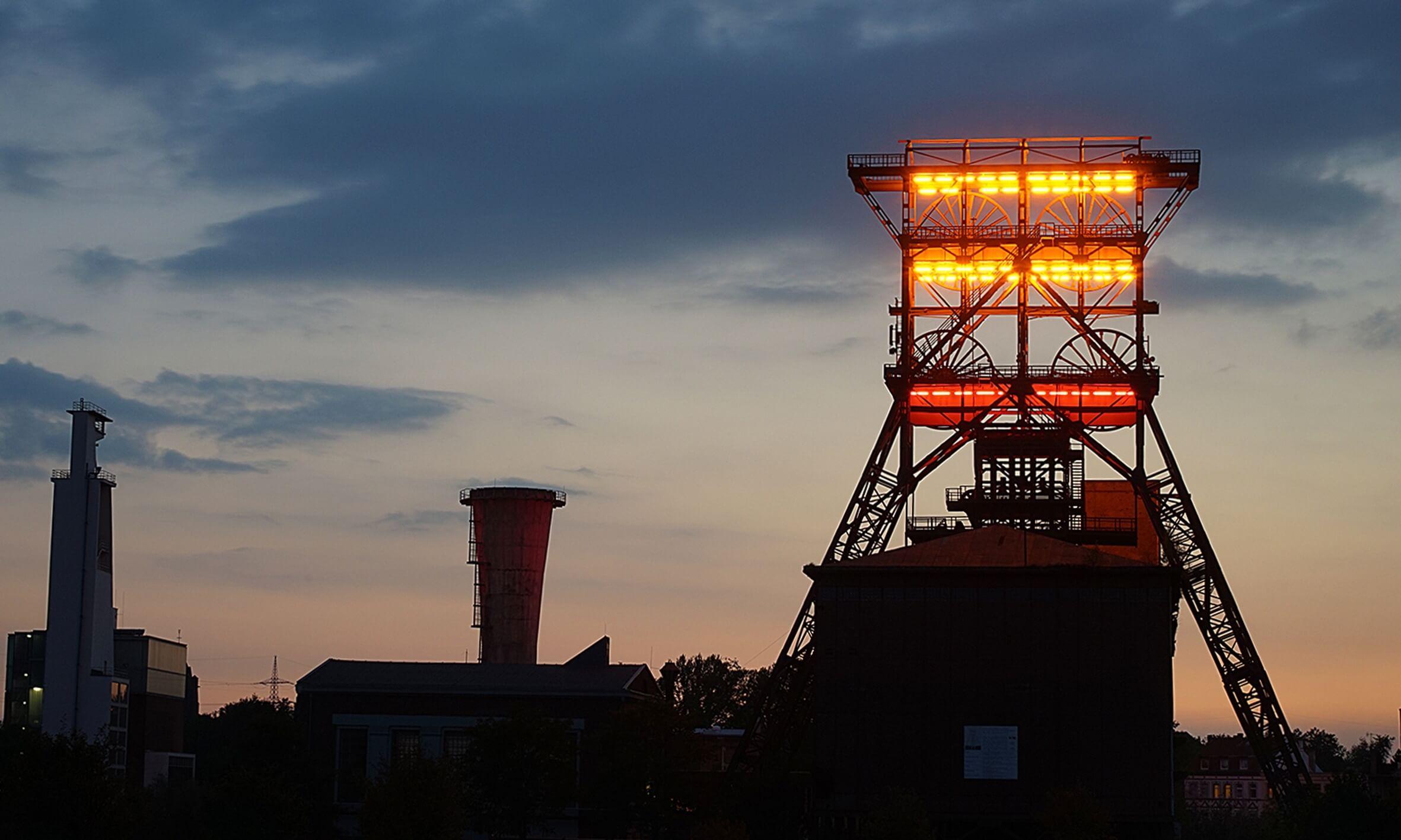 Die Lichtinstallation ÑConsol Gelbì von G¸nther Dohr auf dem Fˆrdertum der ehemaligen Zeche Consolidation.