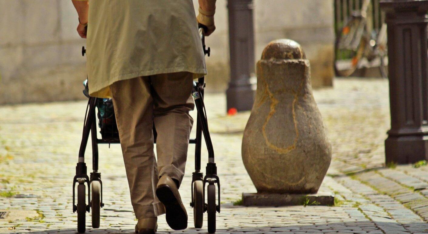 Eine mutmaßlich ältere Frau mit Rollator