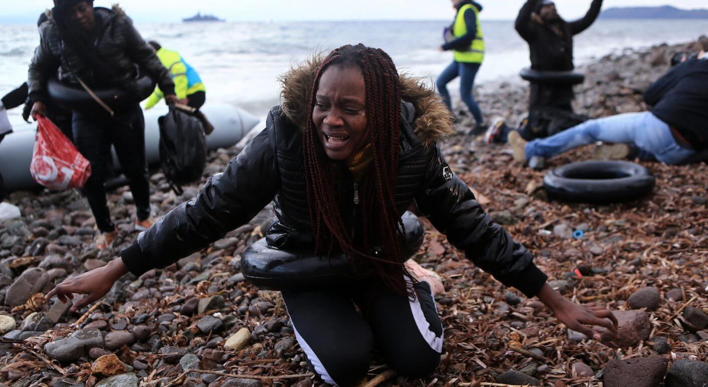 Eine Frau am Strand von Lesbos
