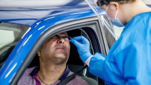 Weltweit werden PCR-Tests zum Nachweis des Coronavirus durchgeführt – Verletzungen am Schädel oder im Gehirn können dabei nicht entstehen (Symbolbild: Picture Alliance/ Robin Utrecht)