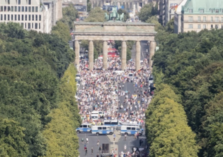Eine Ausschnitt der Luftaufnahme der DPA zeigt die Menschenmenge vor dem Brandenburger Tor. (Quelle: Picture Alliance/ Christoph Soeder/ dpa, Screenshot: CORRECTIV)