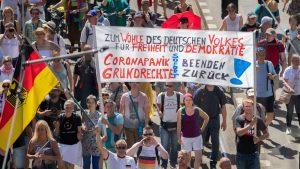 Am vergangenen Samstag fanden in Berlin Proteste gegen die Corona-Maßnahmen statt. In Sozialen Netzwerken kursieren viele falsche Behauptungen über die Anzahl der Teilnehmer. (Quelle: Picture Alliance/ Christoph Soeder/ dpa)