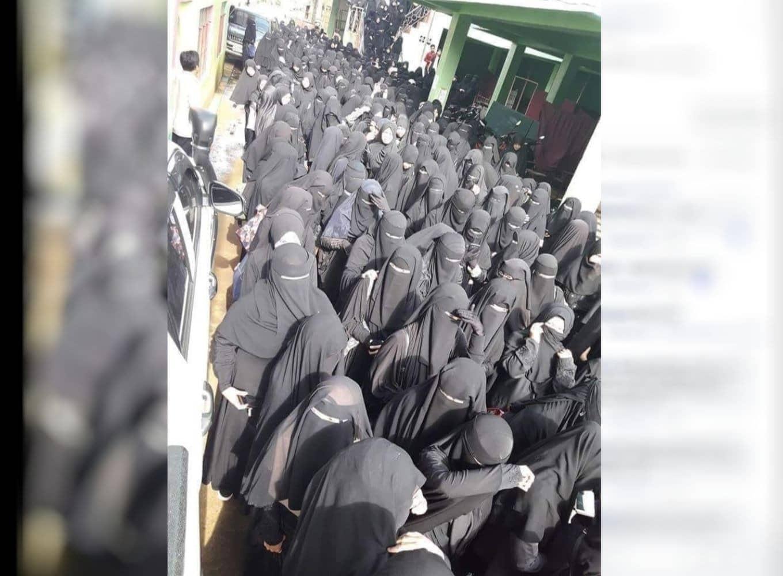 """Mehrere Frauen im Nikab laufen durch eine Gasse. Das Foto soll angeblich den """"Islam 2020 in der Türkei"""" zeigen. Diese Behauptung ist größtenteils falsch, denn das Bild wurde schon vor zwei Jahren in Indonesien geteilt. Es soll ein Dorf auf der Insel Java zeigen."""
