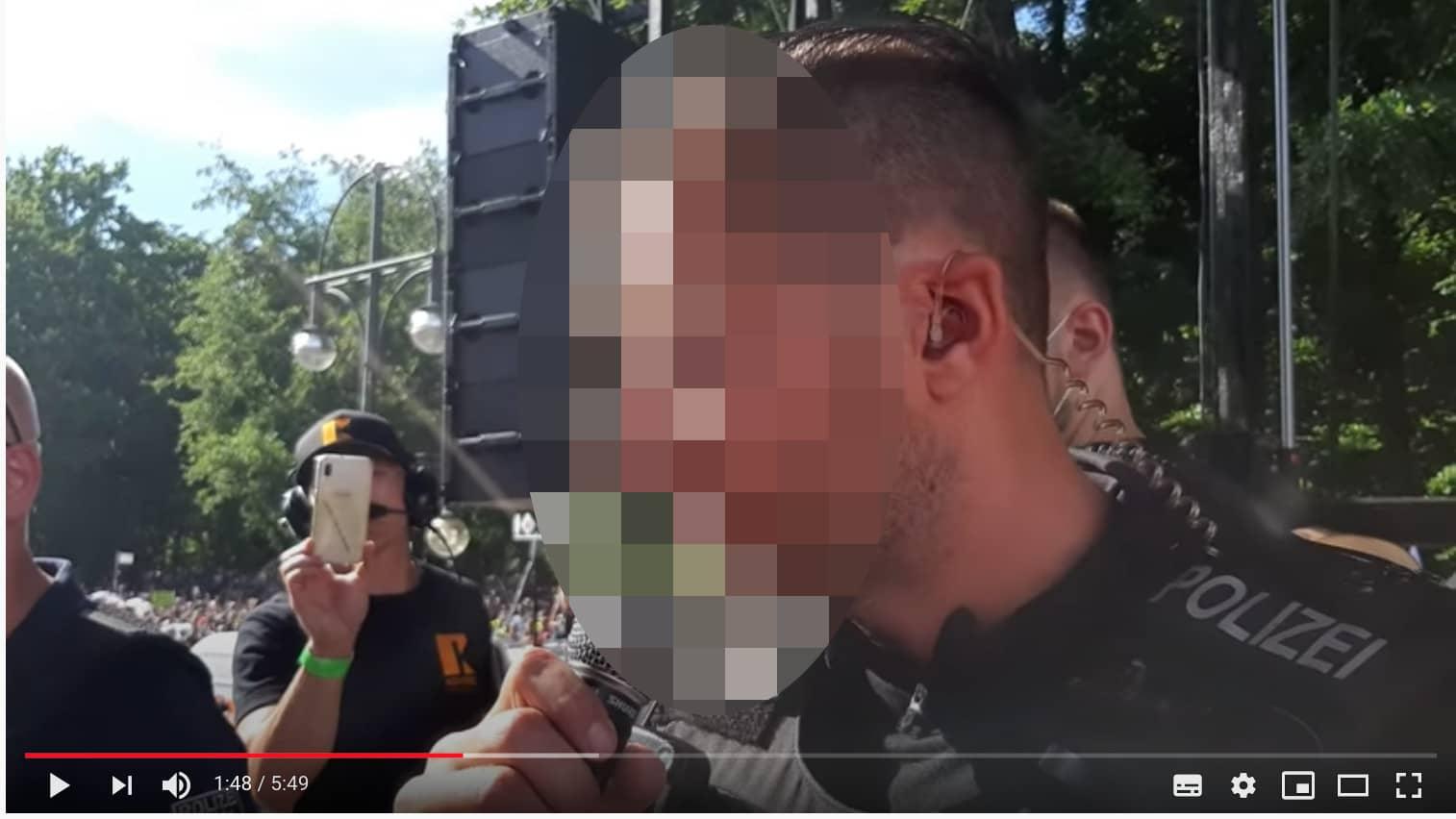 Dieser Polizist hat auf der Corona-Demo am 1. August eine Durchsage gemacht.