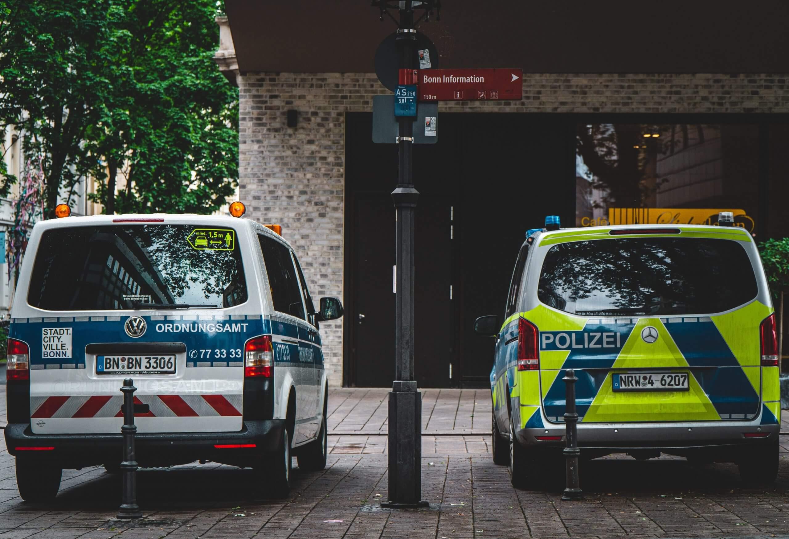 Im Netz verbreitet sich die Falschbehauptung, die Polizei dürfe unter Gebrauch einer Schusswaffe gegen Quarantäne-Verweigerer vorgehen.