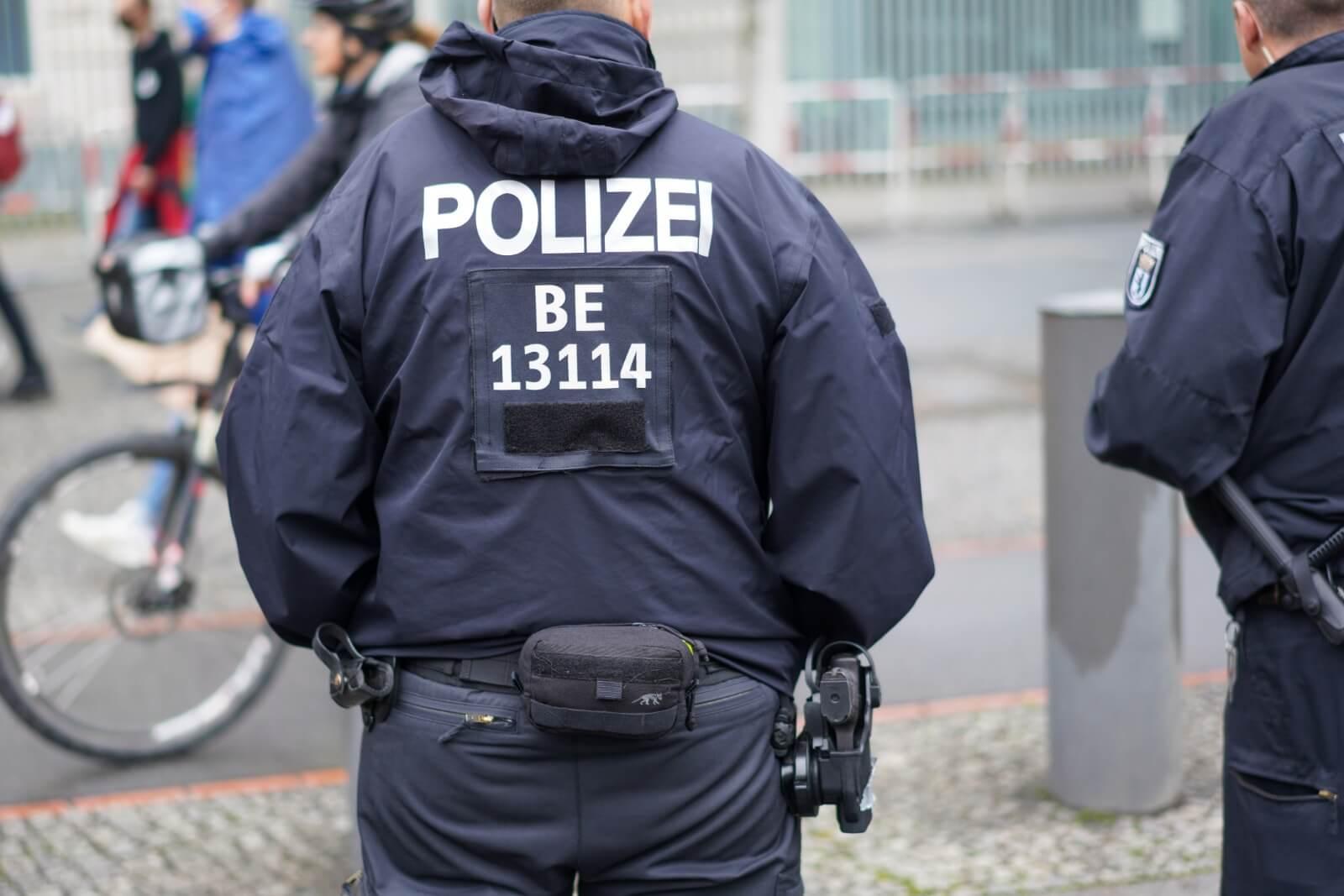 Die Polizei Berlin ruft die Bevölkerung, entgegen einer Behauptung auf Facebook, nicht dazu auf, Corona-Verstöße von Gaststätten zu melden.